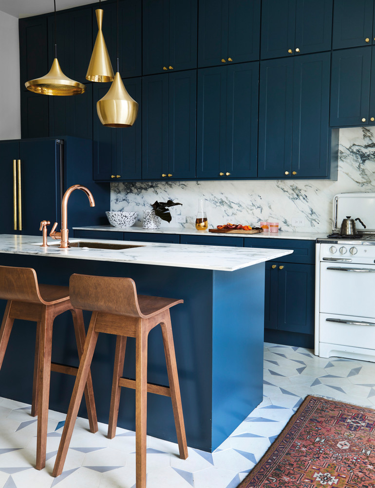 opposites attract in this artfully balanced san francisco home blue and brown and gold kitchen 59db8d2cd9b1651460d81c2b w1000 h1000 2 - Interview: Susan, do Homework Studio. Um escritório de arquitetura e interiores de San Francisco.