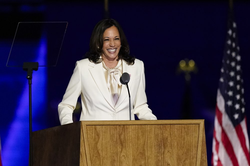 Kamala Harris Nov 7 2020 - O Power Suit Branco de Kamala Harris e Sua Pussy-Bow Blouse