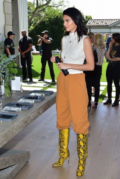 kendall jenner looks chic at moon oral care collection launch 05 orig 401x600 - How To Style: Bota ESTAMPA de COBRA
