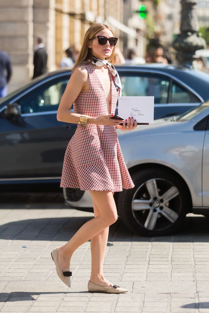 A Silk Printed Scarf and Fancy Walking Flats Will Help You Achieve French Flair - Back to The Office: Chic & Cool Looks Para Trabalhar Lolla Approved