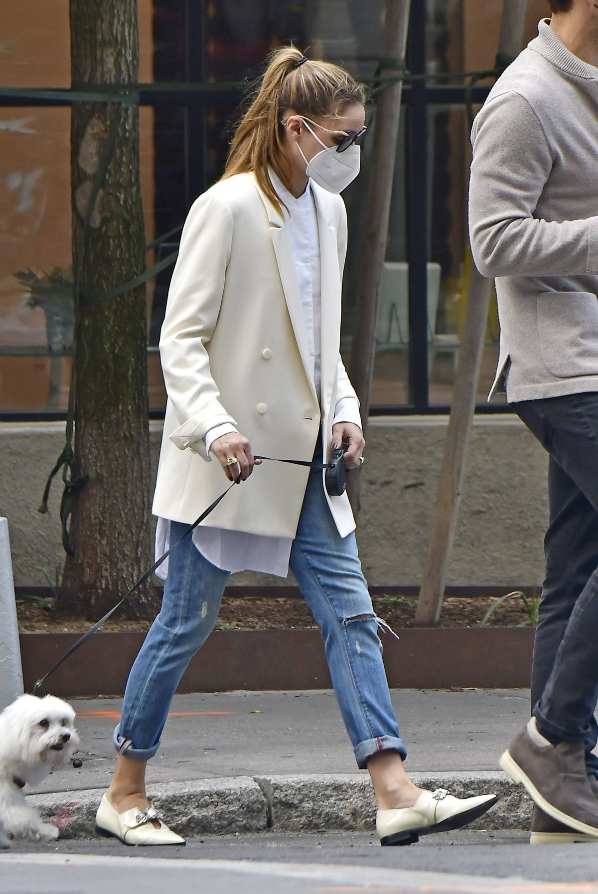 OLIVIA PALERMO Out with Her Dog in New York 10 10 2020 - Back to The Office: Chic & Cool Looks Para Trabalhar Lolla Approved